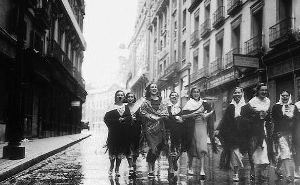 Jóvenes de camino a la Verbena de San Isidro en Madrid (años 30).