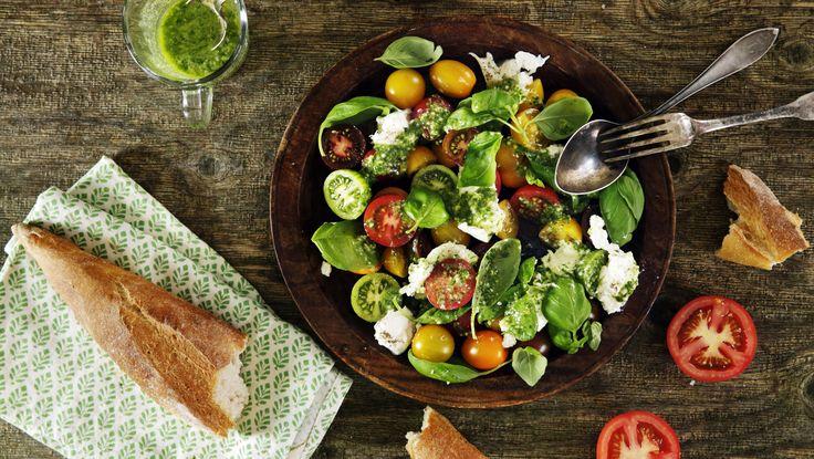 Hungrig. Ja, du blir riktigt hungrig när du tänker på den här sköna förrätten. Buffelmozzarella, underbara tomater och basilika är huvudrollsinnehavarna.