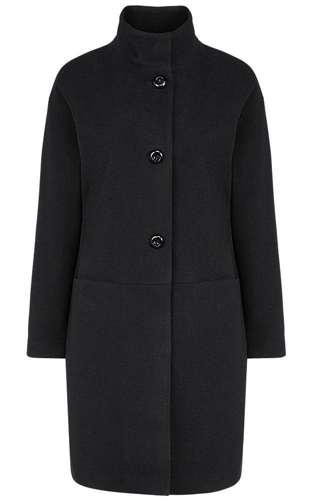 Женское пальто с воротником-стойкой, приспущенной линией плеча и застежкой на пуговицы. Прямой силуэт и классический черный цвет усиливают универсальность модели, которая удачно сочетается с большинством вещей повседневного гардероба. Незаменимая вещь, которая внесет уют и комфорт в промозглую осеннюю погоду