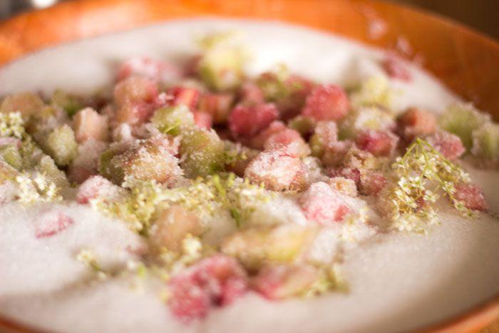 La recette de la Confiture de Rhubarbe à la fleur de sureau que vous pouvez déguster lors de vos petits déjeuners en gite en Normandie au Domaine du martinaa