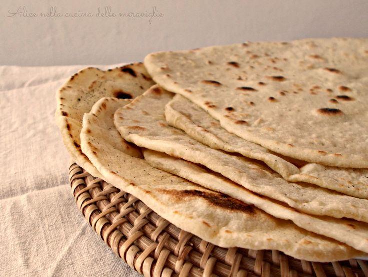 Piadina con licoli, ricetta baseIngredienti per 6 piadine:  200 g licoli 300 g farina 1 cucchiaino sale 2 cucchiai olio acqua q.b. semola q.b.