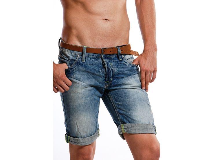 Pantaloni scurti de blugi pentru barbati, perfecti pentru zilele calduroase.  Au doua buzunare in fata si doua in spate si pot fi purtati fie cu o camasa casual, fie cu un tricou.  Materialul este de foarte buna calitate, astfel ca veti putea sa va bucurati de ei cat mai mult.