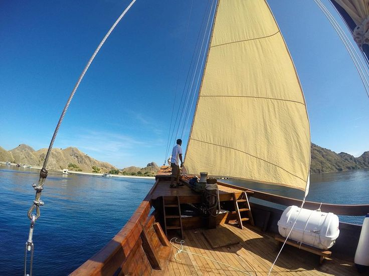 Setting up the sail. #exploreflores #exploreindonesia #instanusantara #flores #labuanbajo #dive #diving #divekomodo #ship #scuba #snorkeling #scubadiving #diveindonesia #flores #freedive #komodo #komodonationalpark #liveaboard #phinisi #boat #boatlife #cruise #underwater #trekking #holiday #travel #traveling #indonesia #photooftheday #wanderlust #traditionalship