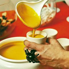 Caldinho de abóbora para aquecer a noite O creme, servido bem quentinho, ganha vida com pimenta síria, tempero composto de pimenta-do-reino, pimenta-da-jamaica, canela, cravo e noz-moscada moídos juntos.
