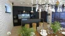 Дачный ответ | Кухня с «мятой стеной» и барными стульями
