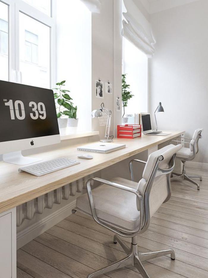 bureau design, chaises de bureau et bureau flottant en bois près de la fenêtre