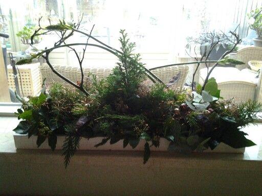 Een kerststuk met takken en veel groen. Versiering aanbrengen eigen inspiratie