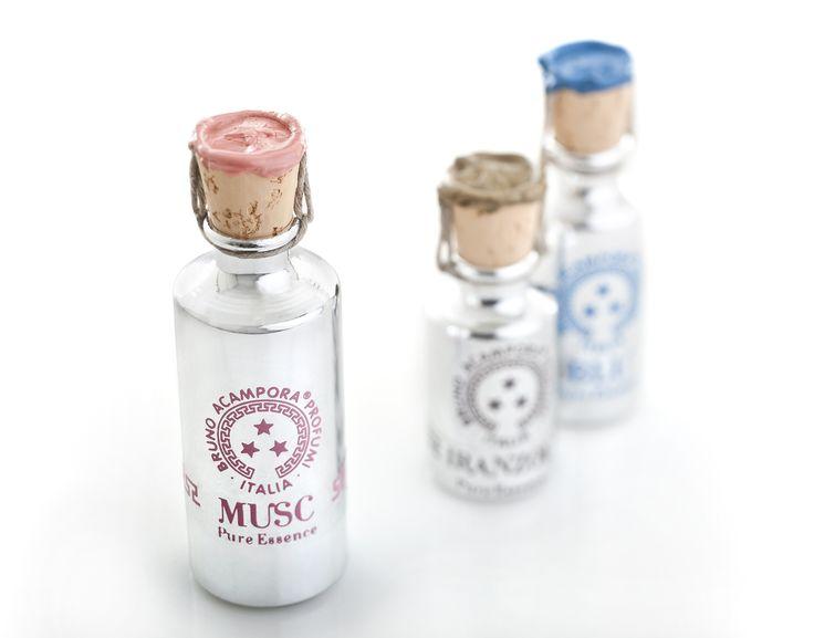 """Musc """"Se volete passare inosservati non sfiorate Musc. Ha il colore delle resine allo stato puro, con sfuggenti accenni di dolcezza. Colore : oro. Testa muschio, chiodi di garofano. Cuore:rosa, violetta, gelsomino ambra, lavanda. Coda: patchouly penang,sandalo."""" #musc #resine #brunoacamporaprofumi"""