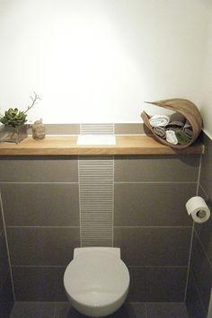 Gäste WC – Fliesen grau, Holzablage