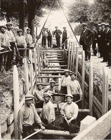 Aanleg van riolering in een Bredase wijk in 1926.