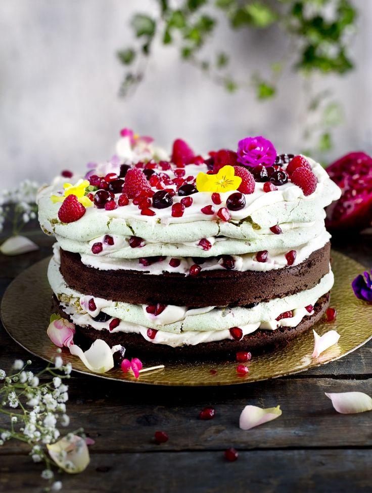 Een feest van bloemen, vruchten, schuim en biscuit. Schuimtaart met chocoladebiscuit.