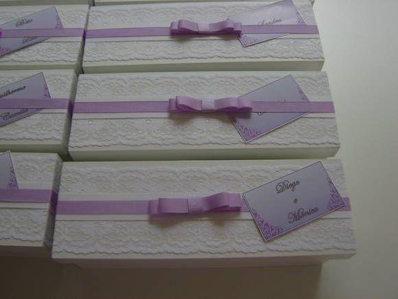 Caixa para mini Chandon em mdf pintada em branco com aplicação de renda chantilly, fitas de gorgurão e laço Channel duplo. Mensagem para padrinhos e pais  na parte interna da tampa e tags individuais na fita. As cores da caixa e das fitas podem ser alteradas conforme decoração do evento. Consulte o preço e o prazo de produção conforme a personalização. Produzimos caixas para mini Chandon + taça, mini chandon + taça e doces e caixas de Bem casados. Produção própria das caixas.