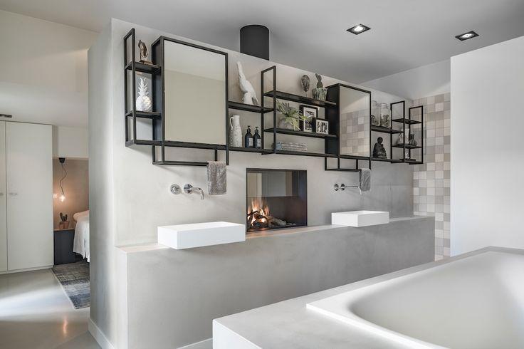 Doorkijkhaard in badkamer tussen de wastafels. Design gashaard van Boley als ruimteverdeler tussen badkamer en slaapkamer #doorkijkhaard #tunnelhaard #designhaard #gashaard #badkamer #boley #interieurdesign