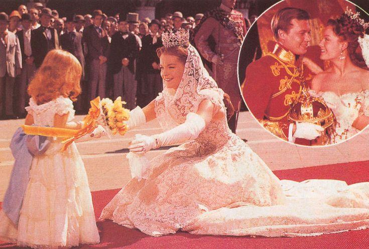 Sissi vêtue de sa robe blanche en dentelles - Romy Schneider