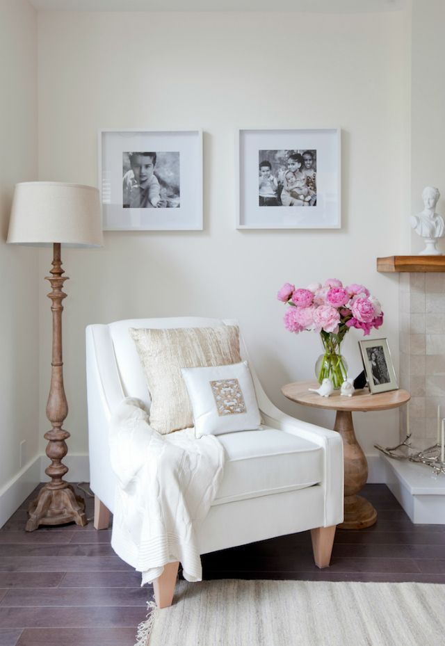 9 Beautiful White Chair Designs For A Simple Yet Elegant Home Decor | Modern Chairs. Living Room Set. #modernchairs #whitechair #livingroomideas Read more: https://www.brabbu.com/en/inspiration-and-ideas/interior-design/beautiful-white-chair-designs-simple-elegant-home-decor