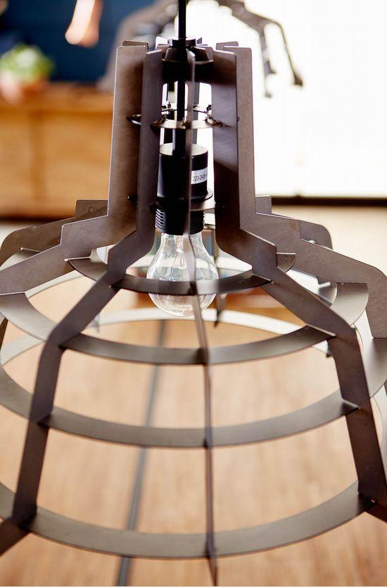 Dankzij het open design en stoere metaal past deze lamp perfect binnen een modern en industrieel interieur - Goossens wonen & slapen