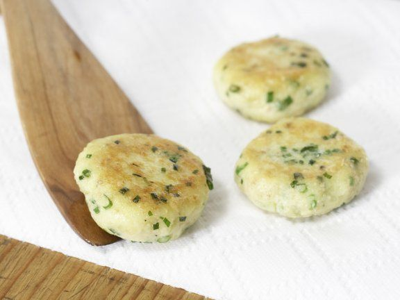 Kartoffel mal anders: Kartoffelplätzchen mit Joghurt-Dip Für 1 Erw. und 1 Kind (7–14 Jahre) | http://eatsmarter.de/rezepte/kartoffelplaetzchen-joghurt-dip
