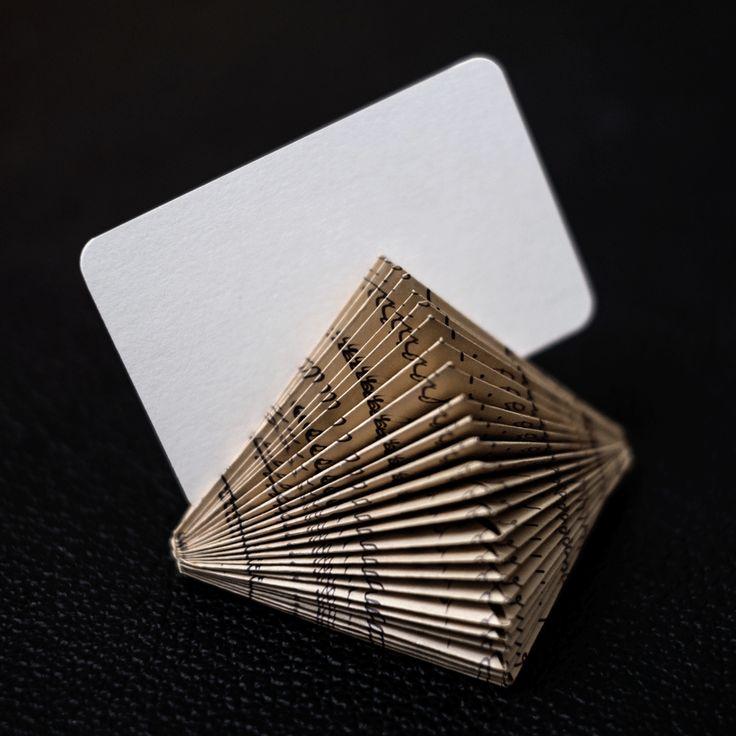 Porta biglietti da visita per scrivania in carta riciclata. Paperfreaks.ch, Ticino, Svizzera