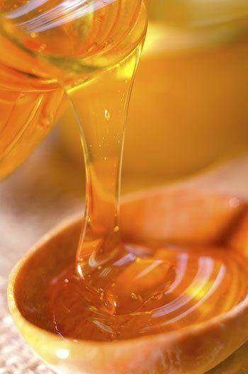 Arcpakolás zsíros bőrre 2 evőkanál mézhez keverjünk hozzá egy kávéskanálnyi élesztőt, majd kicsit melegítsük meg. Adjunk hozzá egy kevés tejszínt, de csak annyit, hogy az állaga könnyen kenhető legyen, mégis fenn maradjon az arcon. Vigyük fel az arc egészére, vagy akár csak a pattanásos helyekre, majd 15-20 perc elteltével öblítsük le.  Ha arcunk néhány részén kifejezetten sok a pattanás vagy lényegesen zsírosabb a bőrünk, akkor ott hagyjuk kicsit tovább a pakolást.