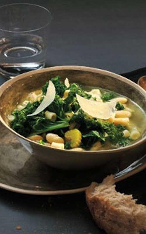 Рецепт для здорового кела и бобового супа - здоровый и здоровый деревенский тосканский рецепт супа, который быстро, легко и уверенно впечатляет.