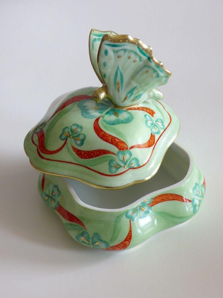 Boite à Bijoux en porcelaine ; Entièrement peint à la main papillon Trèfle d'or