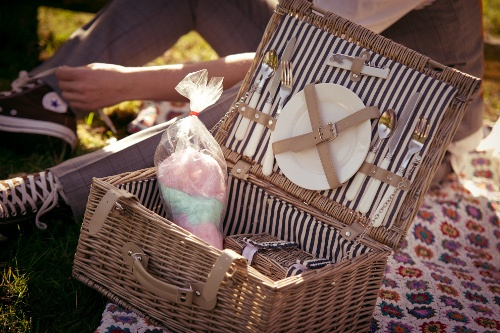 Ein Picknickkorb mit Zuckerwatte als Accessoire für die Vintage-Hochzeitsfotos   Foto: jn-photoart.de