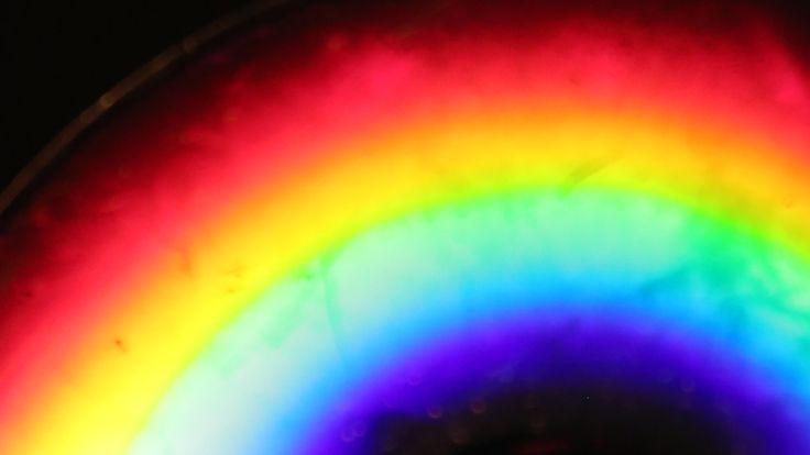 Um arco-íris completo pode ser feito em casa usando apenas um DVD e uma vela! Para fazer este experimento de Física, você