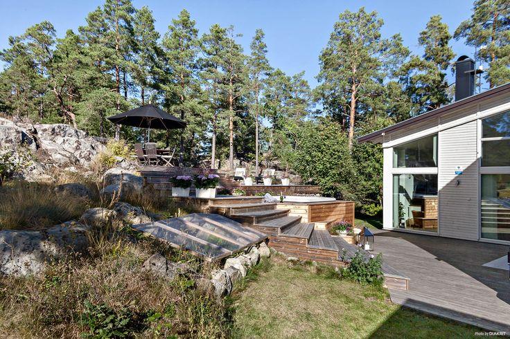Underbar naturtomt med altaner på olika nivåer