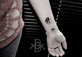 Bruno Almeida cria tatuagens em blackwork e pontilhismo com simetria perfeita