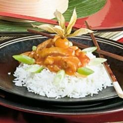 Ajam pangang: Stukjes malse kip in een zoetzure rode saus met verse atjar: witte kool, wortel en ui.