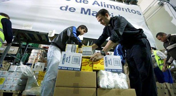 Voluntarios participan en labores del banco de alimentos de Madrid.