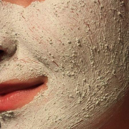 Receitas caseiras de esfoliante para o rosto.   Aprenda como fazer um esfoliante caseiro e como aplicá-lo corretamente para deixar sua pele mais limpa, macia e renovada. Leia mais: http://www.vivaplenamente.net/esfoliante-para-o-rosto/
