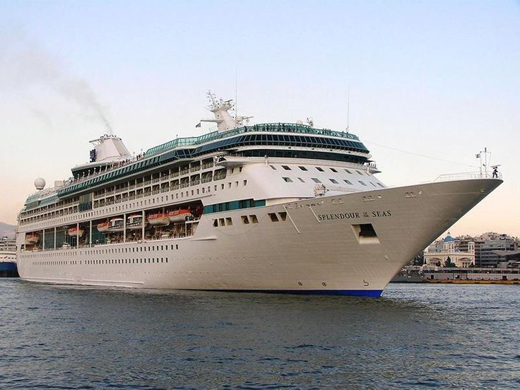 Το Splendour of the Seas (now TUI Discovery) καταπλέει στον Πειραιά.