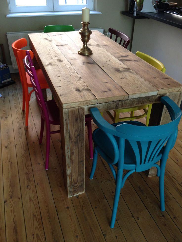 Oude caféstoelen een nieuw leven geven alsook steigerhout hergebruiken voor de tafel... Wij zijn in ieder geval helemaal weg van onze eettafel en stoelen! :-))