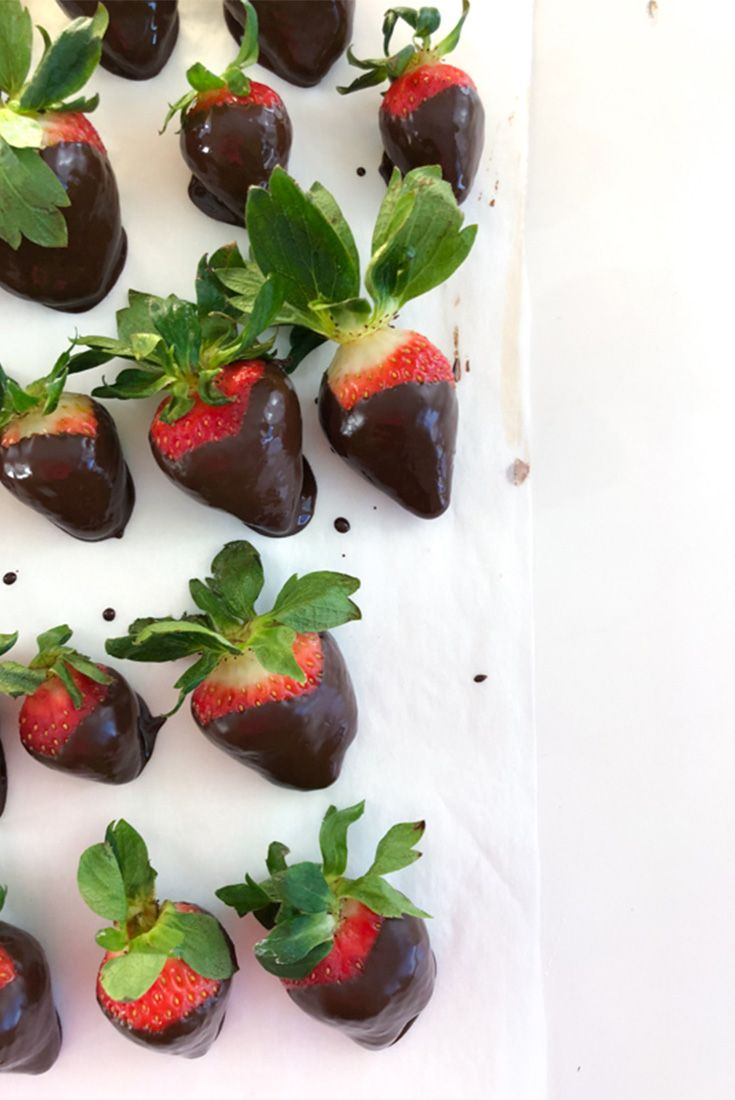 How to Make Chocolate Covered Strawberries #chocolate #strawberries #chocolatecovered #valentinesday