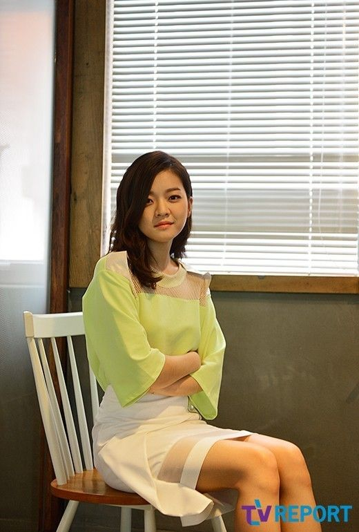 Koh Ah Sung ( seen in the movie SNOW PIERCER) korean actress wearing DIM. E CRES. neon top & white designed skirt SS13 http://news.naver.com/main/read.nhn?mode=LSD=sec=106=213=0000359572