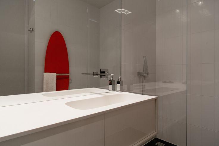 Белоснежная квартира со шкурой волка и полотенцесушителем в форме доски для сёрфинга