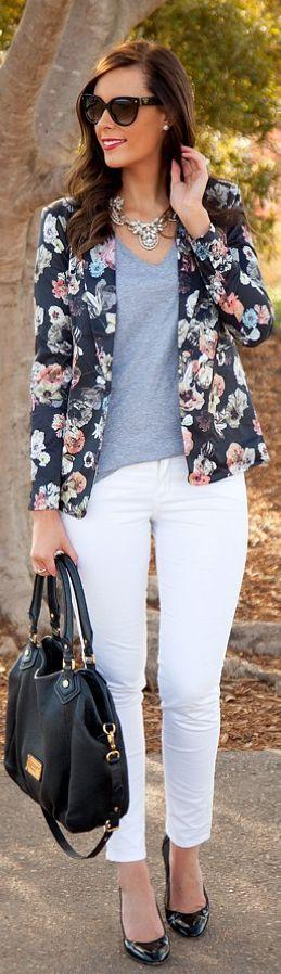 Blazer flores blusa gris jeans blancos bolsa negra