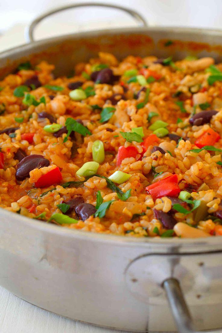 Cette recette vegan de jambalaya est super facile à faire avec des agrafes de garde-manger de base.  Tomate-y le riz aromatisé avec des charges d'herbes et d'épices en vrac et avec le céleri, les poivrons et une sélection de haricots mélangés faire un copieux, le réchauffement et le remplissage de déjeuner en semaine rapide ou un dîner.