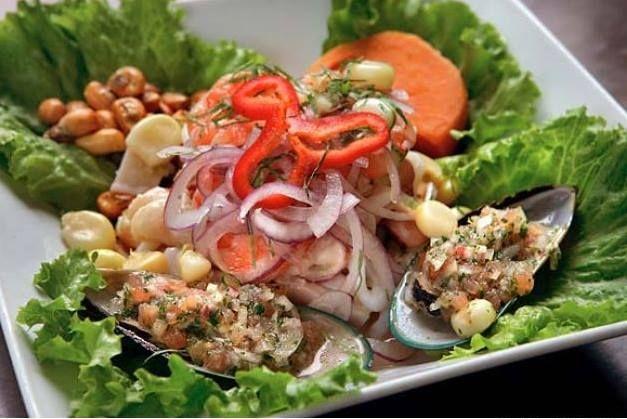 Ceviche: frutti di mare e pesce crudo marinato in succo di limone, lime e peperoncino - Perù