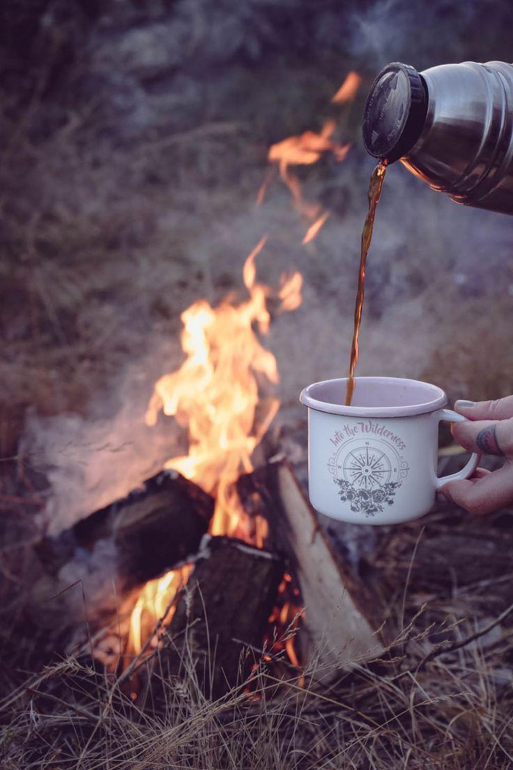 So ein großer Traum und so eine kleine Tasse. Mehr als ein halbes Jahr Arbeit ist in die weiß-rosa 'Adventure Mug' geflossen, die wir uns schon seit gefühlten Ewigkeiten wünschen und nirgendwo finden konnten. Also haben wir irgendwann beschlossen: dann bringen wir sie eben selbst auf den Markt. Nun steht eine erste kleine Auflage der Emaille-Tasse zum Versand bereit und zwei der Stücke jeden morgen pünktlich um 8:00Uhr mit heißem Milchkaffee gefüllt in unserem Office.