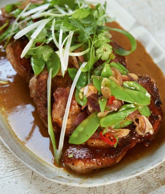 Schweinenacken Asiatisch: Ein Exot – mit Zutaten, die jeder im Haus hat: Senf und Zucker würzen das Fleisch, Ketchup und Sojasauce das Gemüse.