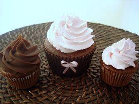 Nesse sábado entregamos também cupcakes de chocolate com recheio de brigadeiro cobertos com chantilly rosa para uma torre de cupcakes. O bol...