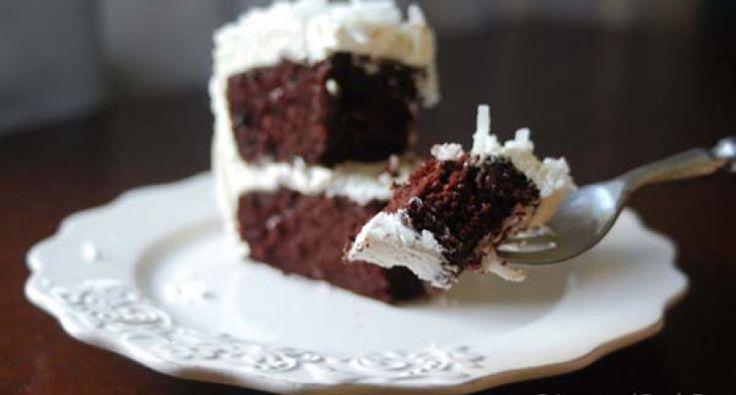 Aki szereti a brownie-t az biztosan nem csalódik ebben a tortában! A két enyhén kesernyés, kávés tésztalap ,és a köztük lapuló édes, kókuszos töltelék mindenkinek mosolyt varázsol az arcára. Az eredeti recept Kard Éva remekműve.