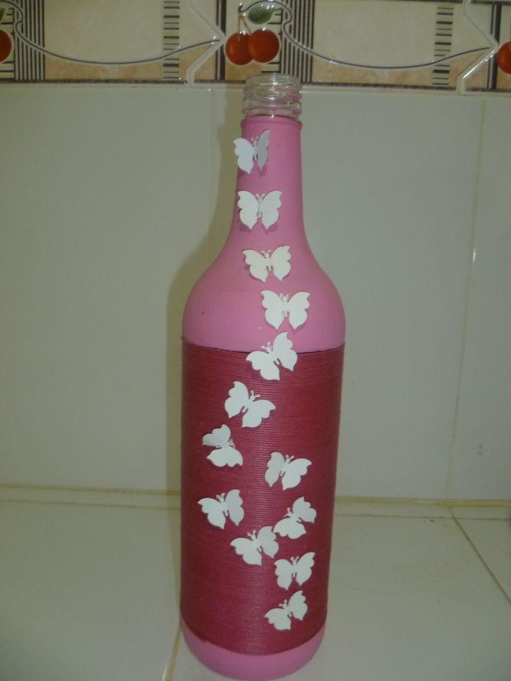 botella de vino decorada y utilizada como florero