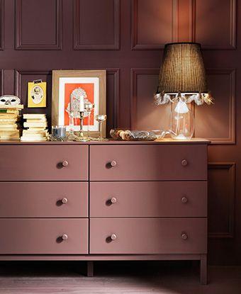 Detalle de una cómoda de seis cajones de IKEA pintada a juego con la pared.