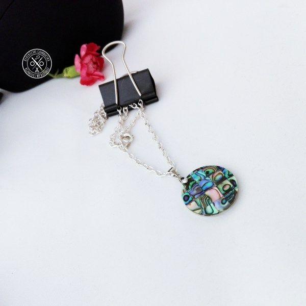 Pávakagyló mozaik nyaklánc Megvásárolható a webáruházban, itt: http://kerekecskegombocska.com/termek/pavakagylo-mozaik-nyaklanc/