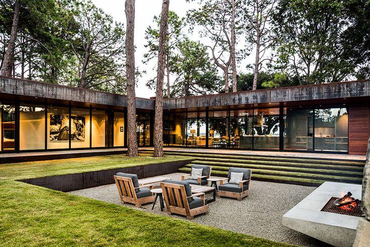 Внутренний дворик опущен ниже уровня земли и его украшает бетонный камин.