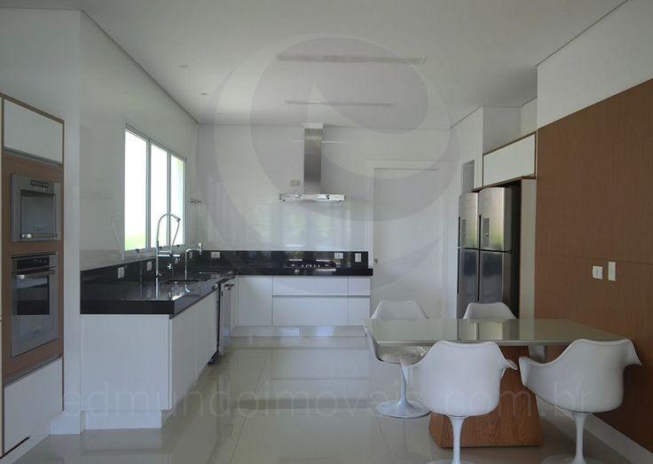 A moderna cozinha recebeu armários planejados, bancadas em granito preto e eletrodomésticos de última geração em aço inox, como o cooktop com coifa, os dois refrigeradores e os fornos embutidos.