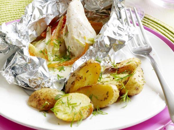 Recept voor: Papillot van kip en groenten | 1. Verdeel de kipfilets over 4 vellen aluminiumfolie. 2. Schil de wortelen en spoel de prei. Snij ze in julienne. Meng ze met de helft van de peterselie en dragon. Verdeel over de kip. Kruid met peper en zout. Vouw de  … »